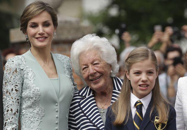 La reina Letizia, su abuela Menchu Álvarez del Valle y la infanta Sofía en su comunión