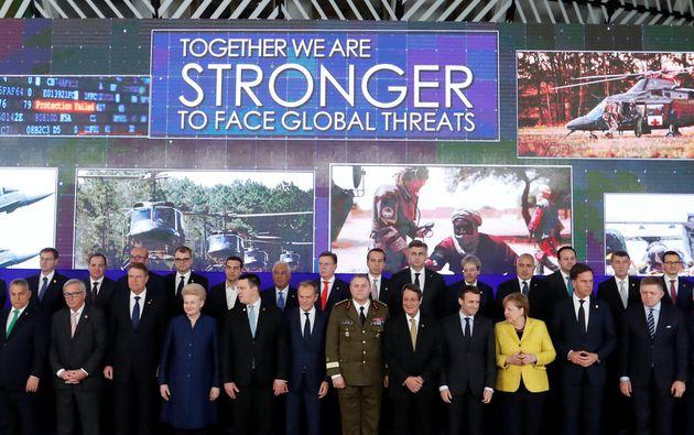 Ομαδική φωτογραφία των ηγετών της ΕΕ EU στα εγκαίνια της PESCO που έχει σαν στόχο την<strong></strong>ενίσχυση της αμυντικής συνεργασίας και της επιχειρησιακής ετοιμότητας στην Ευρώπη<strong>. (</strong>14 Δεκεμβρίου, 2017. REUTERS/Yves Herman)
