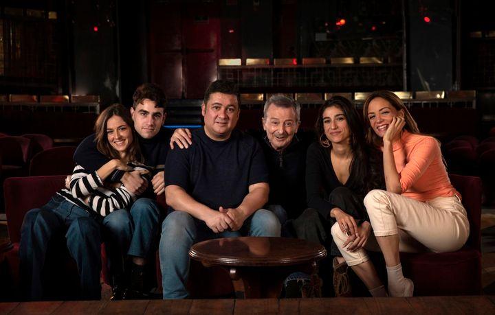 El reparto de 'El Cover' con el director, Secun de la Rosa.