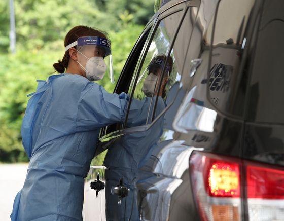 7월 28일 서울 서초구 심산기념문화센터에 마련된 드라이브스루 임시선별검사소에서 차량에 탄 시민이 검사를 받고