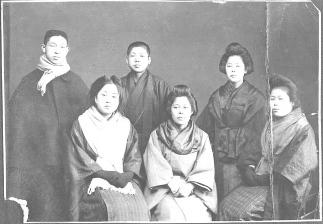 創立翌年の1919年(大正8年):(後列左から)松下幸之助、義弟・井植歳男、妻・松下むめの