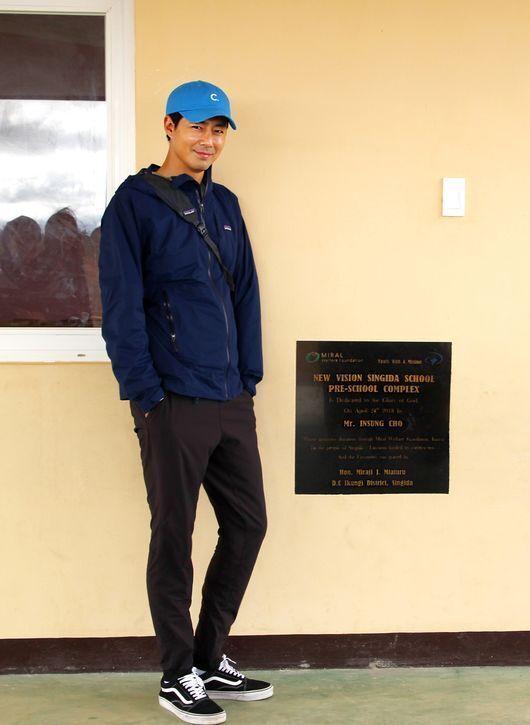 배우 조인성이 기부금 5억을 내 동아프리카 탄자니아에 학교를 만들었다. 학교는 2018년 완공돼 이미 운영 중이다. 탄자니아 중부 싱기다(Singida)에 위치한 이 학교는 유치부...