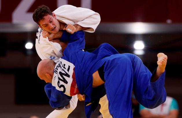 El judoca español Nikoloz Sherazadishvili pelea ante el sueco Marcus