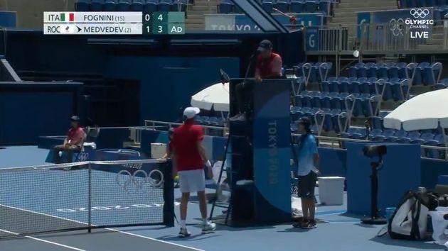 El tenista Medvedev quejándose al