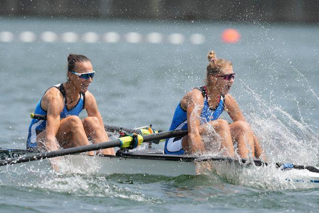 Οι Ελληνίδες αθλήτριες πανηγυρίζουν την πρόκριση και το παγκόσμιο ρεκόρ.