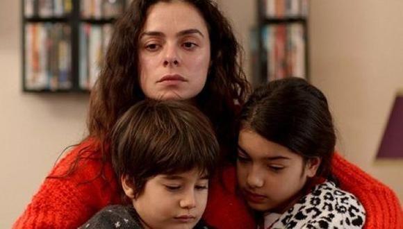 Bahar, Doruk y Nisan, los personajes protagonistas de la telenovela turca 'Mujer'.