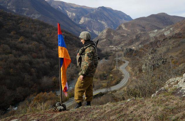 Αρμένιος στρατιώτης περιφρουρεί την σημαία του Ναγκόρνο Καραμπάχ