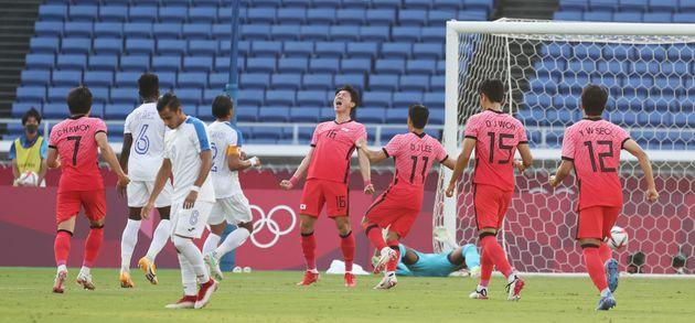 황의조가 28일 오후 일본 요코하마 국제경기장에서 열린 '2020 도쿄올림픽' 조별리그 B조 3차전 대한민국과 온두라스의 축구 경기에서 페널티킥을 성공시킨 후 기뻐하고