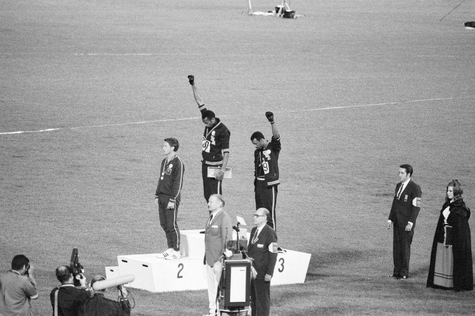 Il podio dei 200 metri piani alle Olimpiadi di Città del Messico, 1968, con la protesta di Tommie...