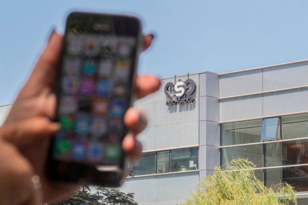 Devant l'immeuble de la société israëlienne NSO qui a développé le logiciel...