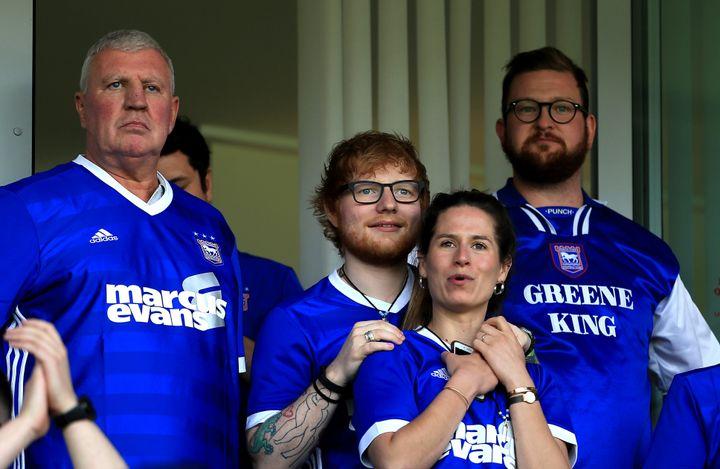 Ed Sheeran y Cherry Seaborn en el partido de campeonato Sky Bet entre Ipswich Town y Aston Villa el 21 de abril de 2018, en Ip