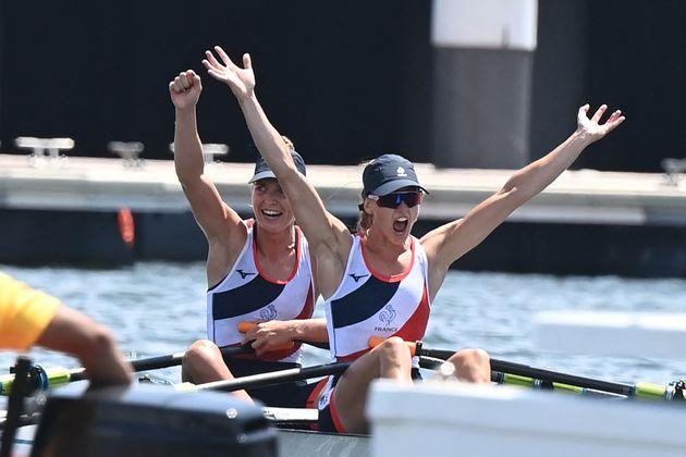 Laura Tarantola et Claire Bové célèbrent leur médaille d'argent après...