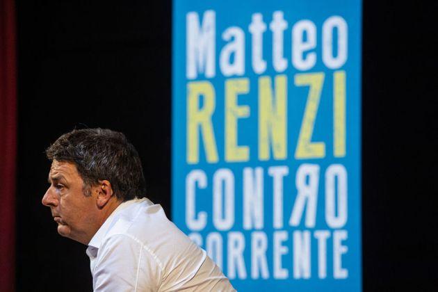 Matteo Renzi, controcorrente cantando in