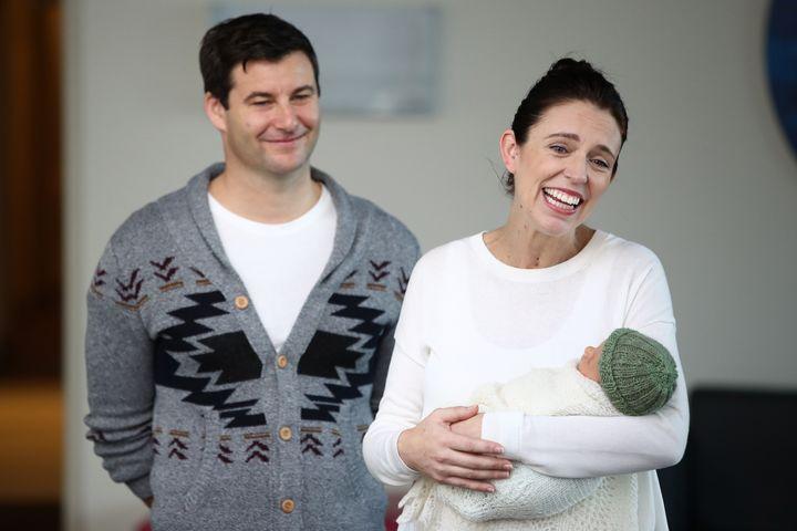 出産後、退院するニュージーランドのアーダーン首相、2018年撮影