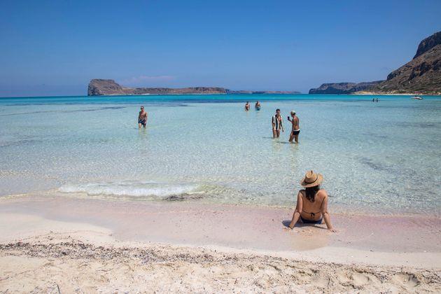 ECDC: Σύσταση αποφυγής των ελληνικών δημοφιλών νησιών λόγω