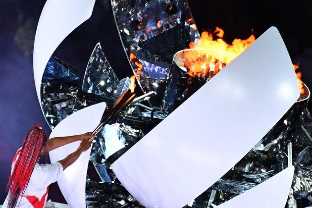 Naomi Osaka enciende el pebetero olímpico el pasado viernes 23 de