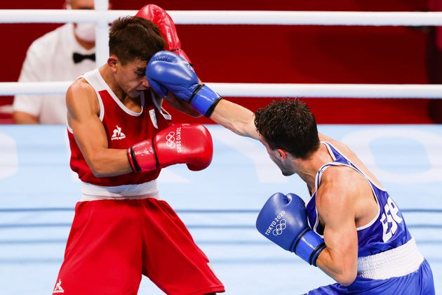 Gabriel Escobar lanza un directo de derechas a la cara de su rival en el primer