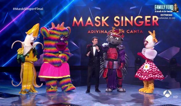 Arturo Valls con las cuatro máscaras finalistas de 'Mask
