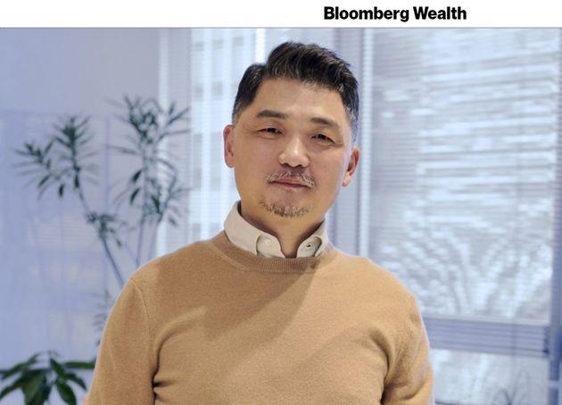 카카오 김범수 의장 자산이 15조 3631억 원에 달하며 이재용 삼성전자 부회장 자산을 앞질렀다.카카오 주가는 올해만 91%