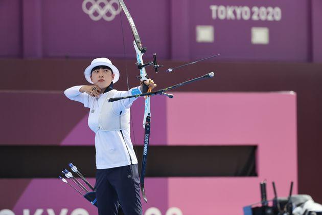 양궁 안산이 30일 일본 도쿄 유메노시마 공원 양궁장에서 열린 '2020 도쿄올림픽' 여자 개인전 8강에서 인도의 디피카 쿠마리를 상대로 경기를 하고
