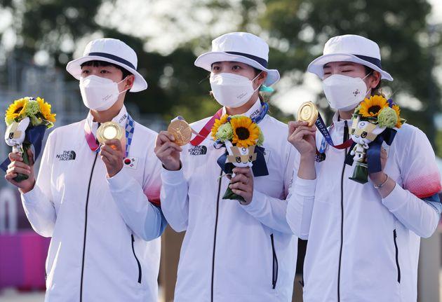 (왼쪽부터) 양궁 안산, 장민희, 강채영이 2020 도쿄올림픽 양궁 여자단체전 시상식에서 금메달을 목에 걸고