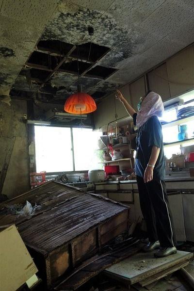 台所の天井も床も無残に朽ちた三瓶さん宅=2021年7月19日、福島県浪江町津島
