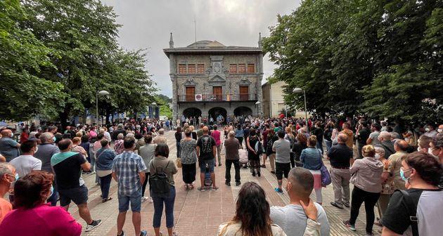 Cientos de personas se concentraron este jueves junto a la corporación municipal de Lemoa (Bizkaia) para...
