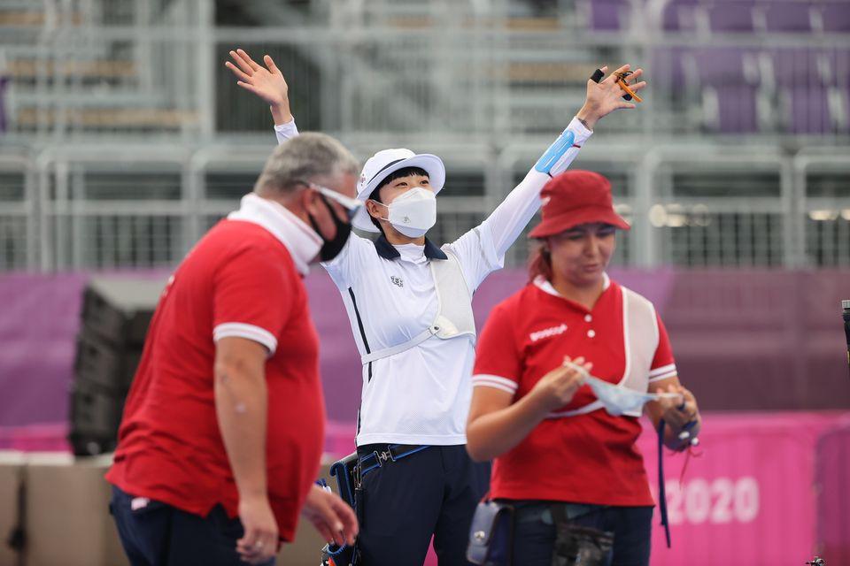 안산이 30일 일본 도쿄 유메노시마 공원 양궁장에서 열린 '2020 도쿄올림픽' 여자 개인전 결승전에서 러시아올림픽위원회의 예레나 오시포바를 이기고 기뻐하고