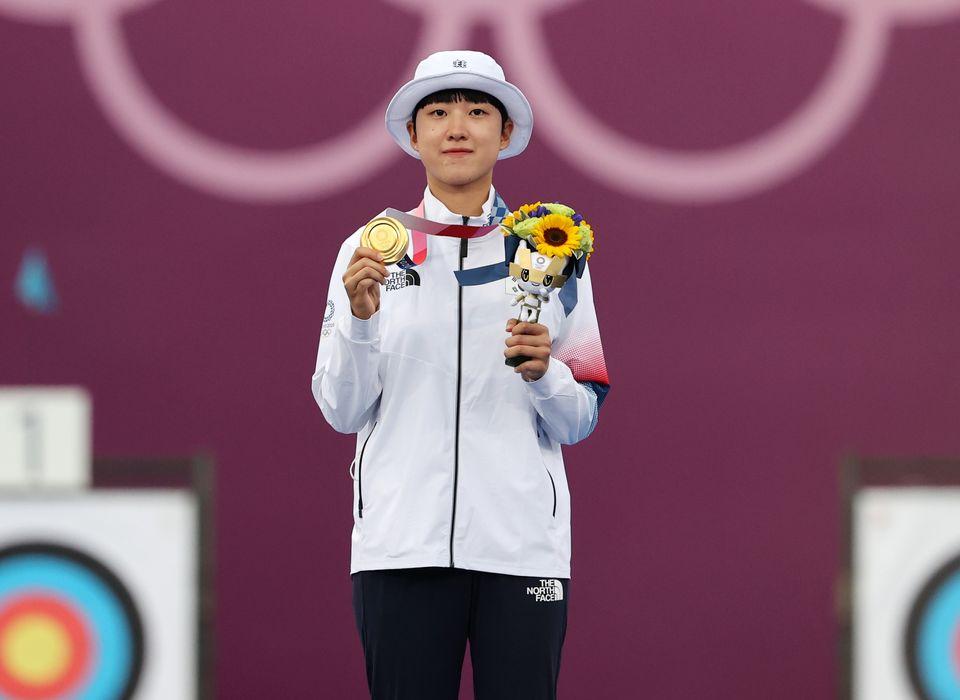 양궁 안산이 30일 일본 도쿄 유메노시마 공원 양궁장에서 열린 '2020 도쿄올림픽' 여자 개인전 시상식에서 금메달을 목에 건 후 기념촬영을 하고