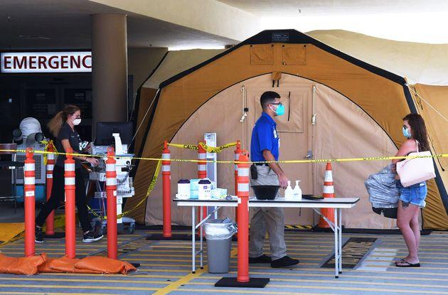 アメリカ・フロリダ州の病院で救急科の外にある治療用のテント。フロリダ州ブレバード郡では、デルタ株などが原因で、新型コロナウイルス感染者が増えている(2021/07/29)
