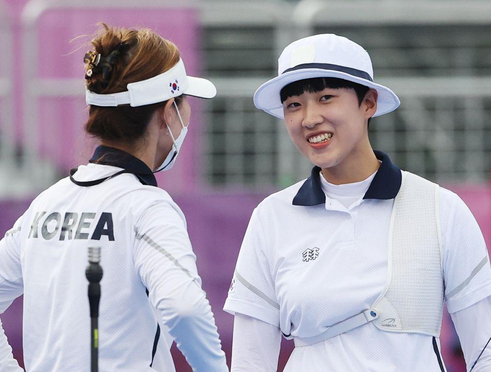 양궁 안산이 30일 일본 도쿄 유메노시마 공원 양궁장에서 열린 '2020 도쿄올림픽' 여자 개인전 준결승전 미국의 브라운 멕킨지와의 경기에서 류수정 감독과 대화를 하고