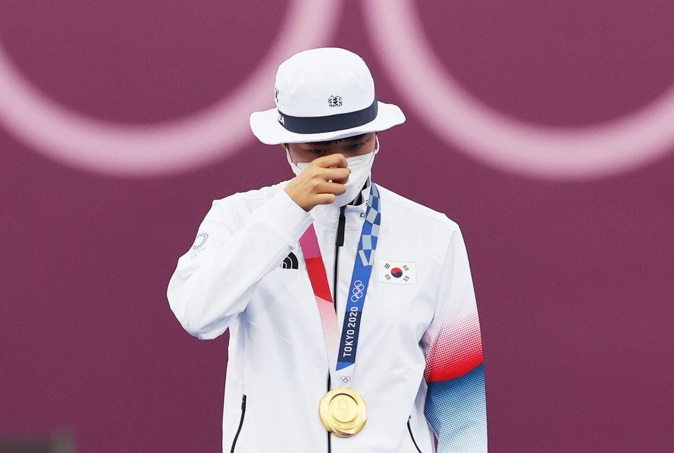 양궁 안산이 30일 일본 도쿄 유메노시마 공원 양궁장에서 열린 '2020 도쿄올림픽' 여자 개인전 시상식에서 금메달을 목에 걸고 감격의 눈물을 흘리고