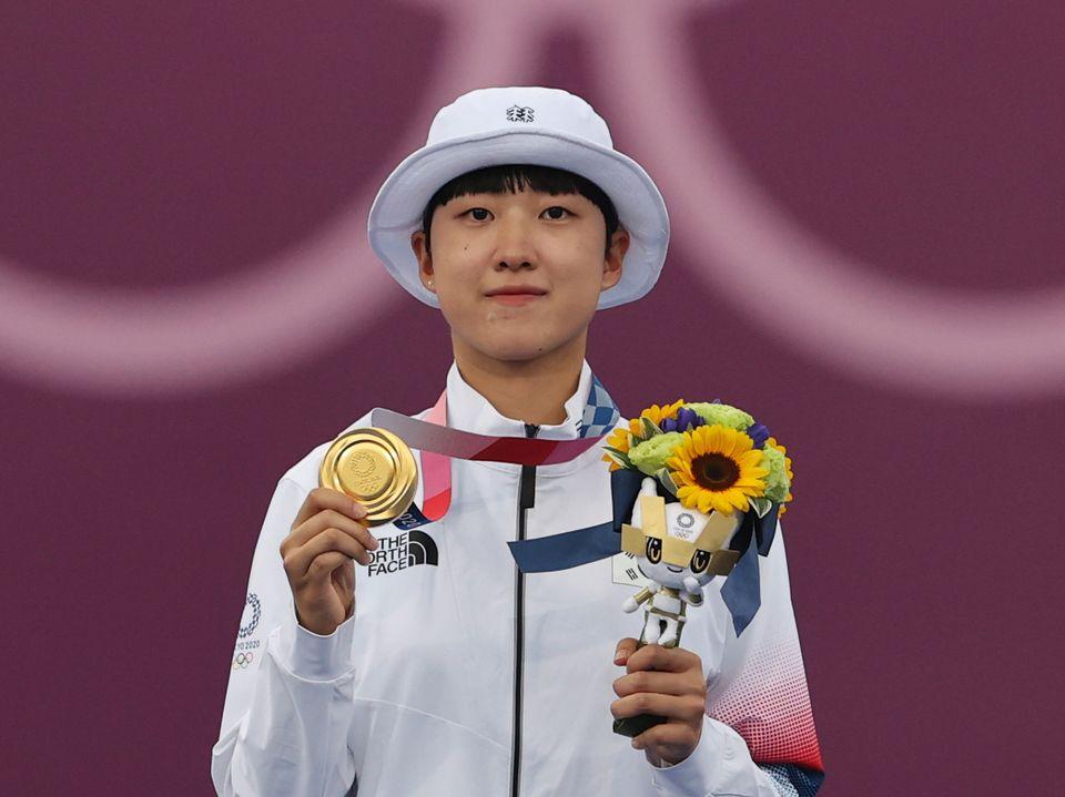 양궁 안산이 30일 일본 도쿄 유메노시마 공원 양궁장에서 열린 '2020 도쿄올림픽' 여자 개인전 시상식에서 금메달을 목에 걸고