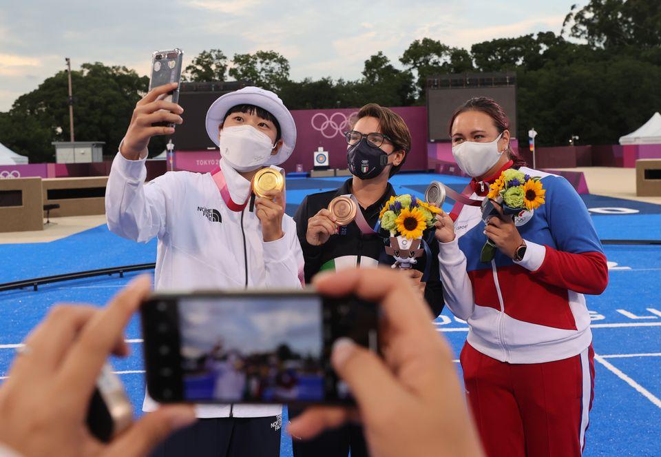 양궁 안산이 30일 일본 도쿄 유메노시마 공원 양궁장에서 열린 '2020 도쿄올림픽' 여자 개인전 시상식을 마치고 메달리스트들과 함께 촬영을 하고