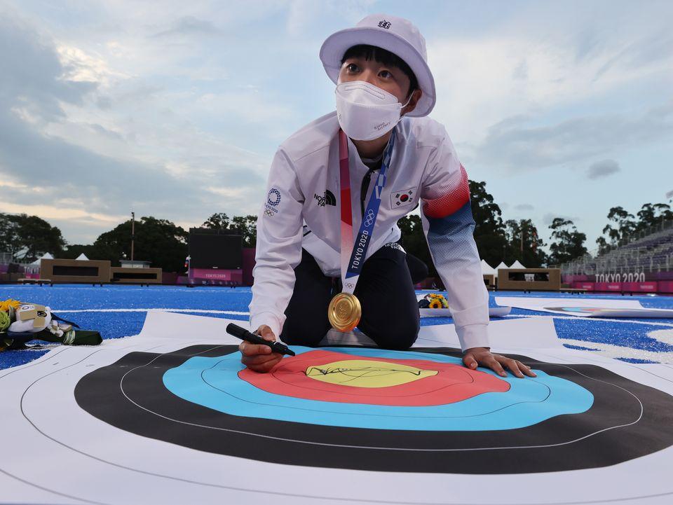 양궁 안산이 30일 일본 도쿄 유메노시마 공원 양궁장에서 열린 '2020 도쿄올림픽' 여자 개인전 시상식을 마치고 과녁판에 싸인을 하고