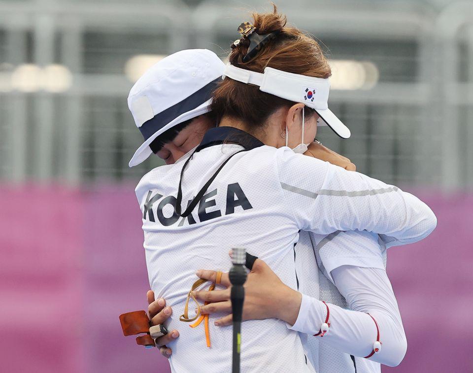 양궁 안산이 30일 일본 도쿄 유메노시마 공원 양궁장에서 열린 '2020 도쿄올림픽' 여자 개인전 결승전에서 러시아올림픽위원회의 예레나 오시포바를 이기고 류수정 감독과 함께 기뻐하고