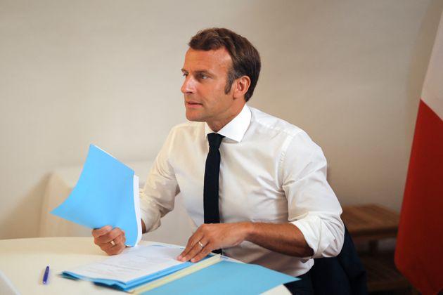Emmanuel Macron assistant à un Conseil de défense en visioconférence au Fort de...