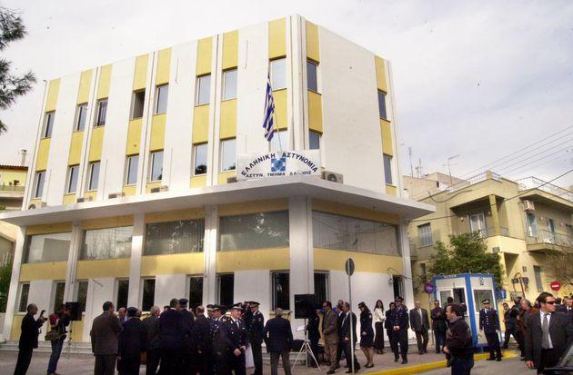 Το αστυνομικό τμήμα Δάφνης, όπου παραδόθηκε ο καθ΄ομολογίαν δράστης.