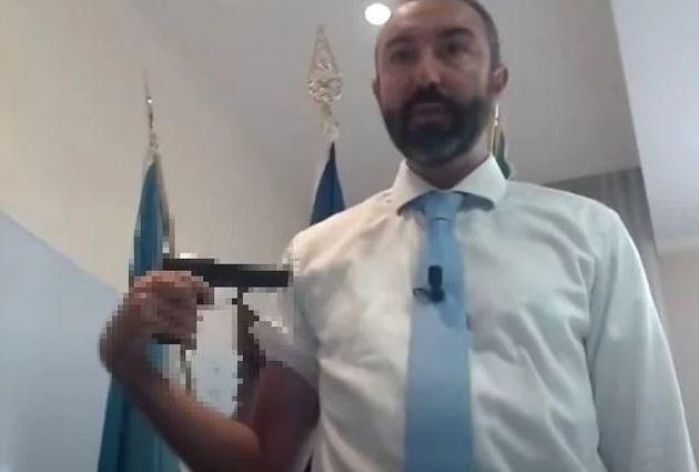 Il consigliere no vax Barillari si punta una pistola al braccio: