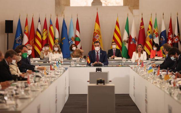 En el centro, el presidente del Gobierno, Pedro Sánchez, en la reunión de la 24 Conferencia de Presidentes,...