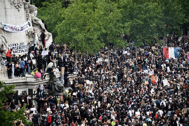 Les manifestants participant à un rassemblement dans le cadre des protestations mondiales