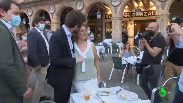 Pablo Casado se acerca a una señora en una terraza en