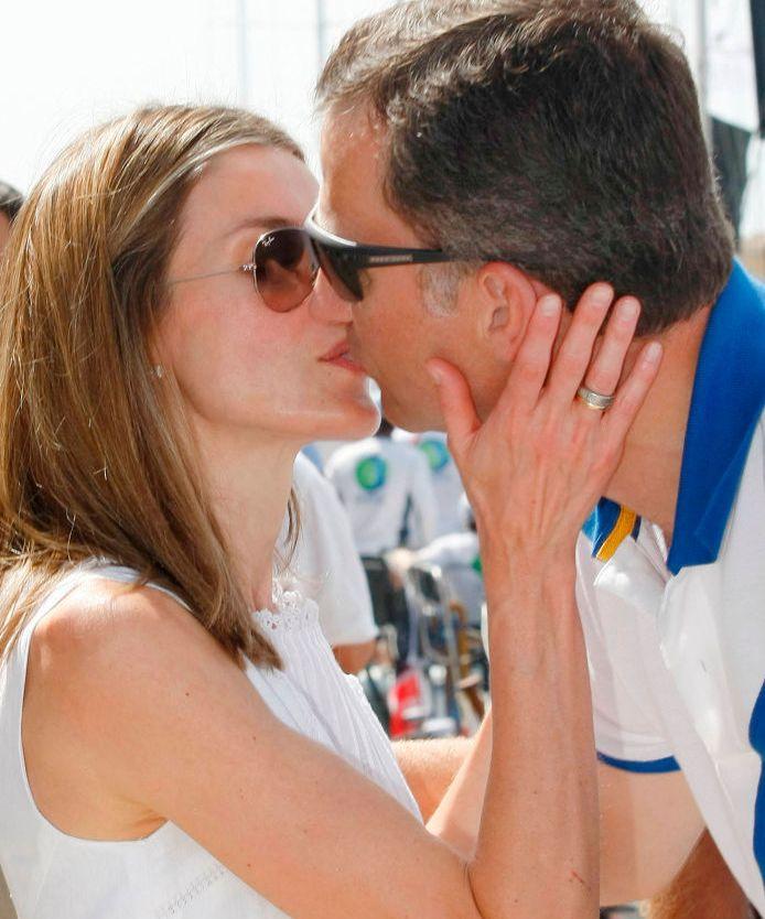 Letizia y Felipe se besan cariñosamente en el club náutico de Palma.