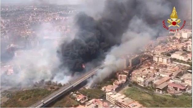 Catania ostaggio dei piromani, 70 incendi fra città e