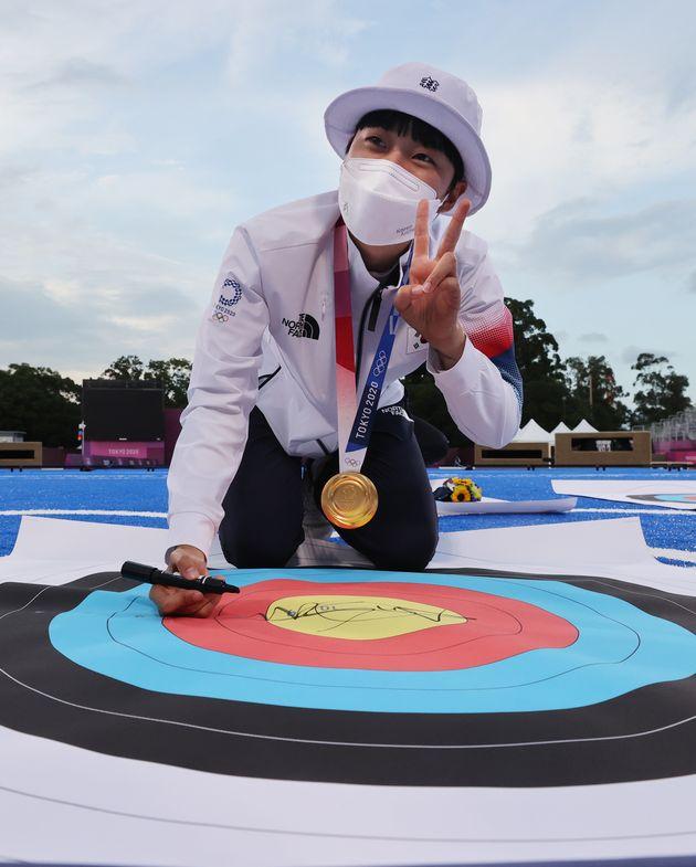 양궁 안산 선수가 30일 일본 도쿄 유메노시마 공원 양궁장에서 열린 '2020 도쿄올림픽' 여자 개인전 시상식을 마치고 과녁판에 사인을 하고