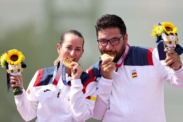 Fátima Gálvez y Alberto Fernández con la medalla de oro en tiro en Tokio 2020. REUTERS/Ann