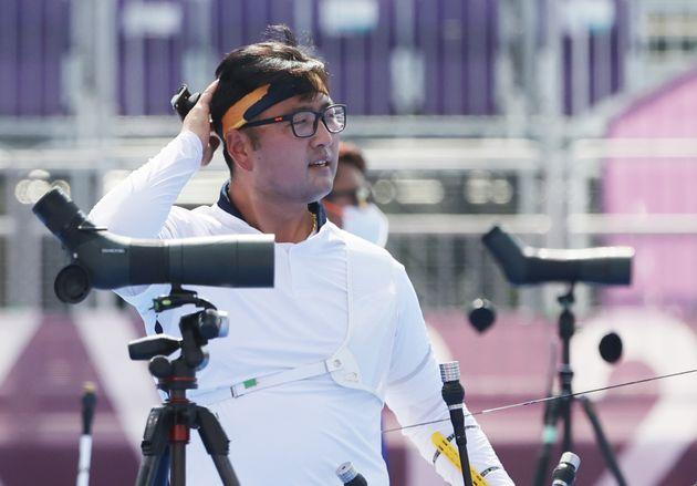 양궁 김우진이 31일 일본 도쿄 유메노시마 공원 양궁장에서 열린 '2020 도쿄올림픽' 남자 양궁 개인전 8강 대만의 당즈준과의 경기에서 패해 아쉬워하고