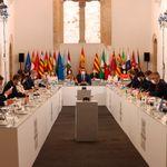 El poco habitual gesto de dos presidentes del PP con Sánchez durante la Conferencia de