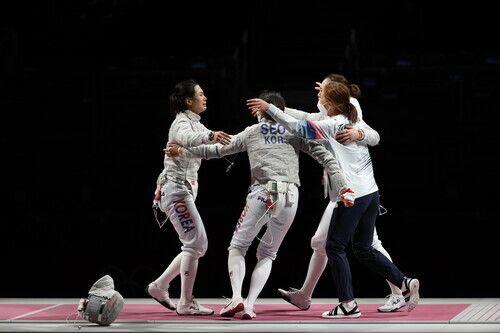 한국 여자 펜싱 사브르 대표팀의 김지연(왼쪽)이 31일 일본 마쿠하리 메세에서 열린 2020 도쿄올림픽 사브르 단체전에서 마지막 주자로 나와 이탈리아를 꺾은 뒤 동료와 기뻐하고