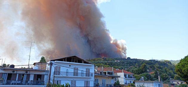 Οι φλόγες έχουν κυκλώσει την Ζήρια.